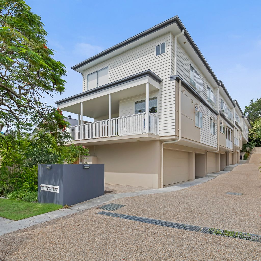 NEAR NEW TOWNHOUSE IN LEAFY CENTRAL LOCATION