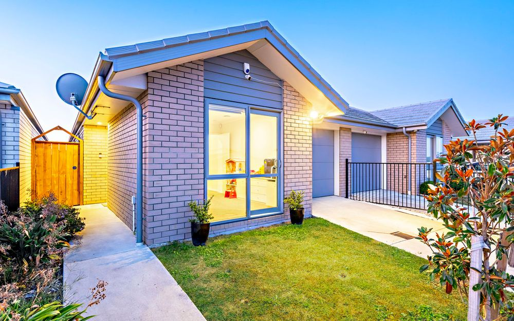 LOW-MAINTENANCE BRICK & WEATHERBOARD