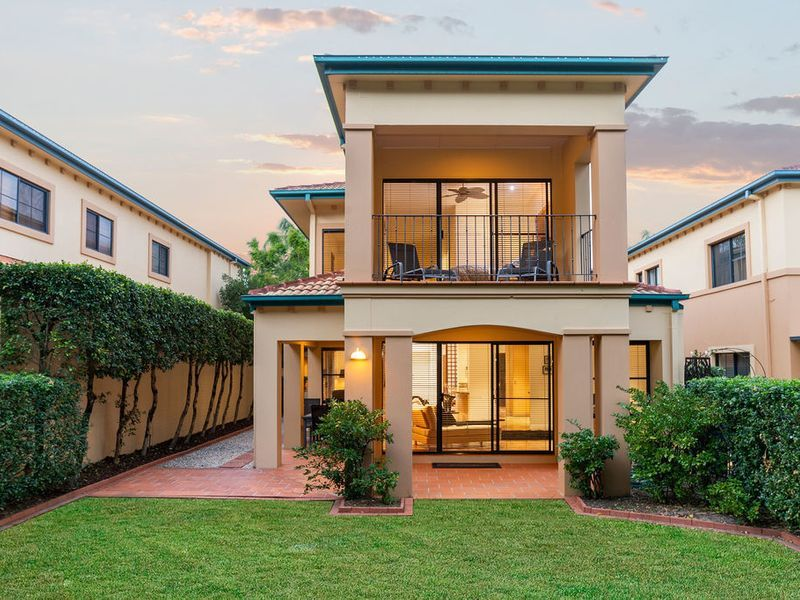 IMMACULATE GOLF FRONT HOME ON THE 15TH FAIRWAY