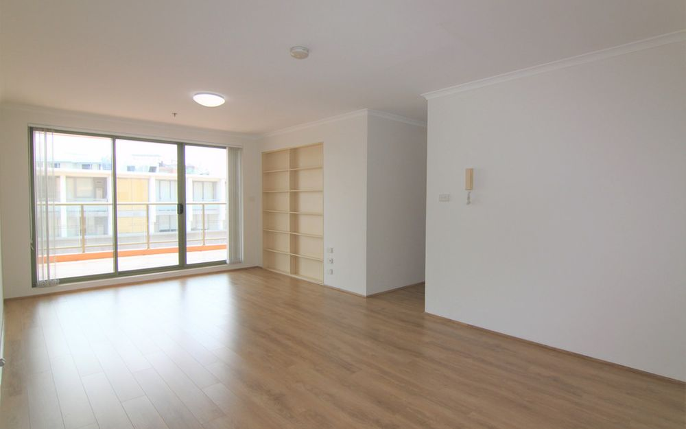 Light filled 3 bedroom apartment with floorboards, walk to shops and station
