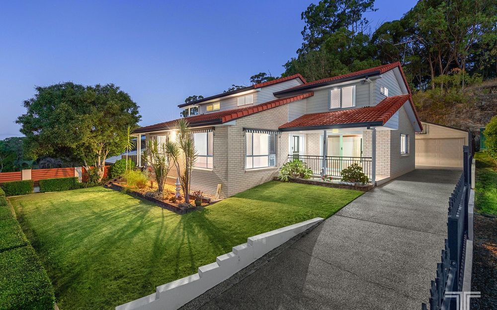 Tranquil Family Residence Backing onto Whites Hill Reserve