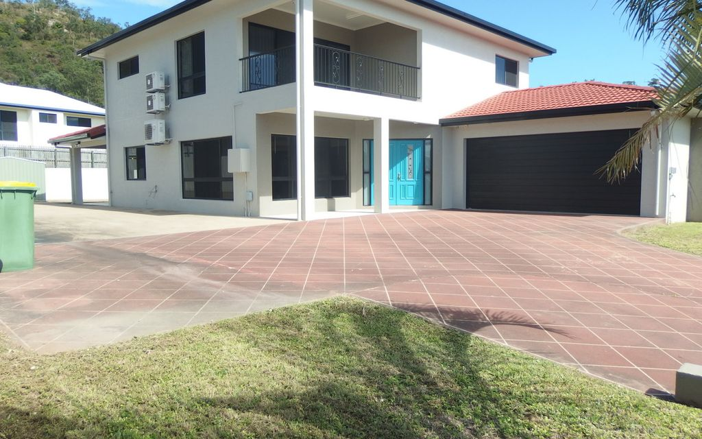 THE WOW FACTOR, COOL AND CLASSY 2 STOREY PRIVATE RETREAT