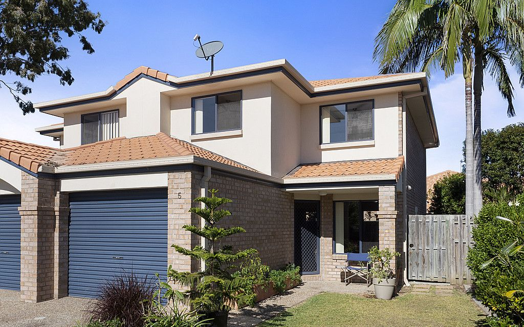 IMMACULATE ENTRY LEVEL TOWNHOUSE IN THRIVING COOMERA