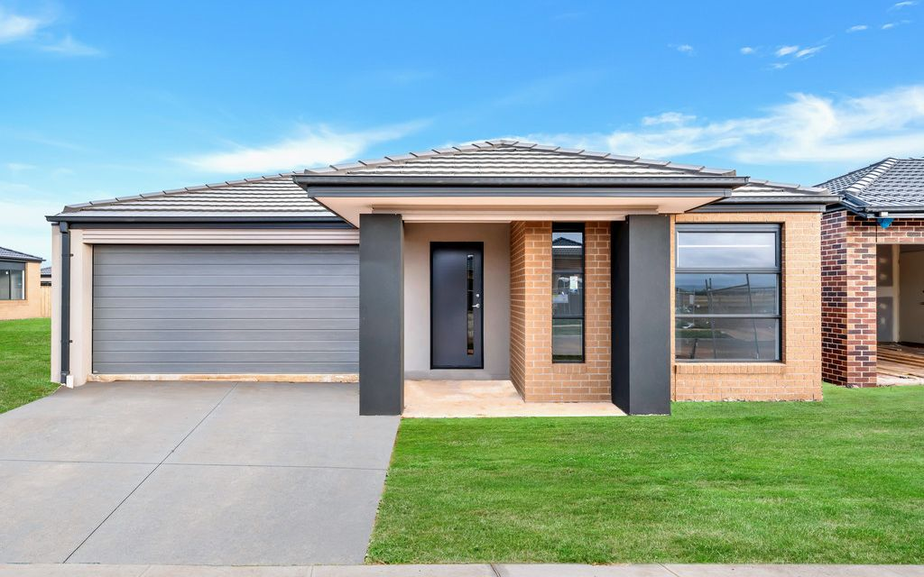 Brand New 4 Bedroom Family Home, Close to Cobblebank Station