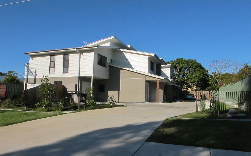 NEAR NEW TOWNHOUSE IN SMALL COMPLEX OF 3 – CLEVELAND