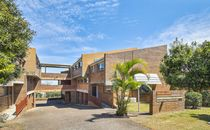 MODERN TWO LEVEL UNIT IN ANNERLEY!!!