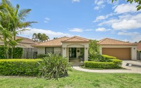 Modern Spacious Family Home with Pool in Robina Groves!