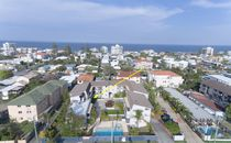 Beach side lifestyle - Walk to the beach and the Nobby's shopping precinct.