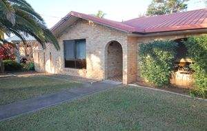 SPACIOUS BRICK 2 DOUBLE GARAGES + SOLAR