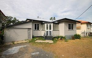 AN  AFFORDABLE 3 BEDROOM LOW SET WEATHERBOARD HOME - MODERN KITCHEN - EXCELLENT 607m2 ALLOTMENT.