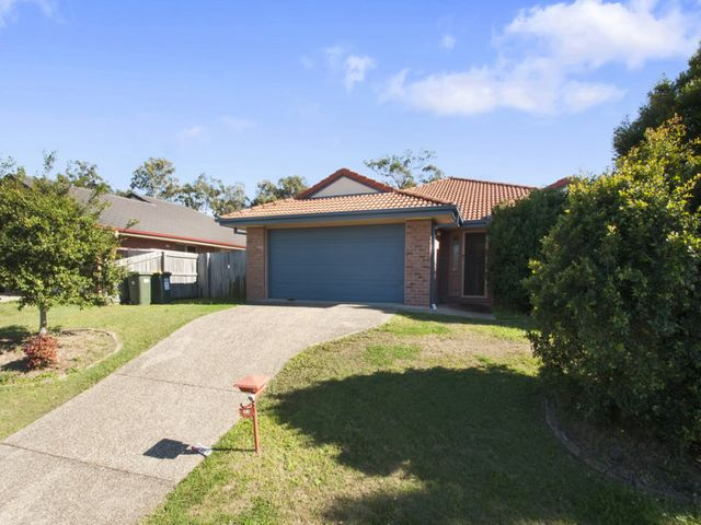 4 Bedroom Family Home - 2 Living Areas - Air-conditioned - Fenced Yard