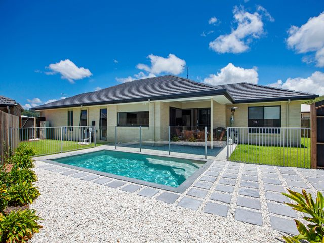 * Check this STUNNING HOME OUT!.. NICE & COOL WITH DUCTED A/C & GET SET FOR A BIG SPLASH WITH THE SPARKLING POOL!!  ***