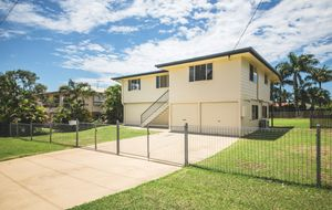 CLASSIC SPACIOUS HIGH-SET HARDIPLANK HOME - FULLY ENCLOSED UNDER - 3 BED - AIR C0N - 2 CAR - FULLY FENCED