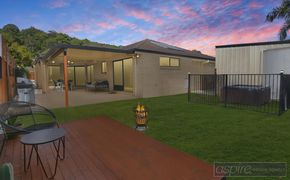 NEAT AS A PIN & BOASTING ALL THE WHISTLES & BELLS INCL SPA, HUGE 5m WORKSHOP, 2 LIVING AREAS AND MUCH MUCH MORE! ***