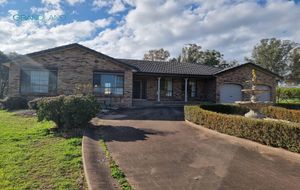 4 Bedroom Family Home on 3 Acres!
