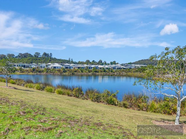 *** GRAB A SLICE OF PARADISE IN PARKLAKES!....SENSATIONAL LAKEFRONT LIVING WITH THIS SUBLIME BEAUTY!!!  ***
